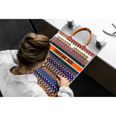 Le savoir-faire du sac Book Tote de Dior dévoilé dans une vidéo inédite 150*150