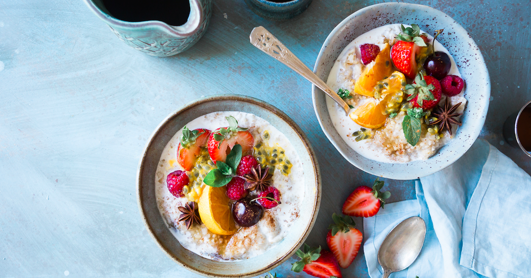 Recette de porridge à la cannelle et fruits du printemps