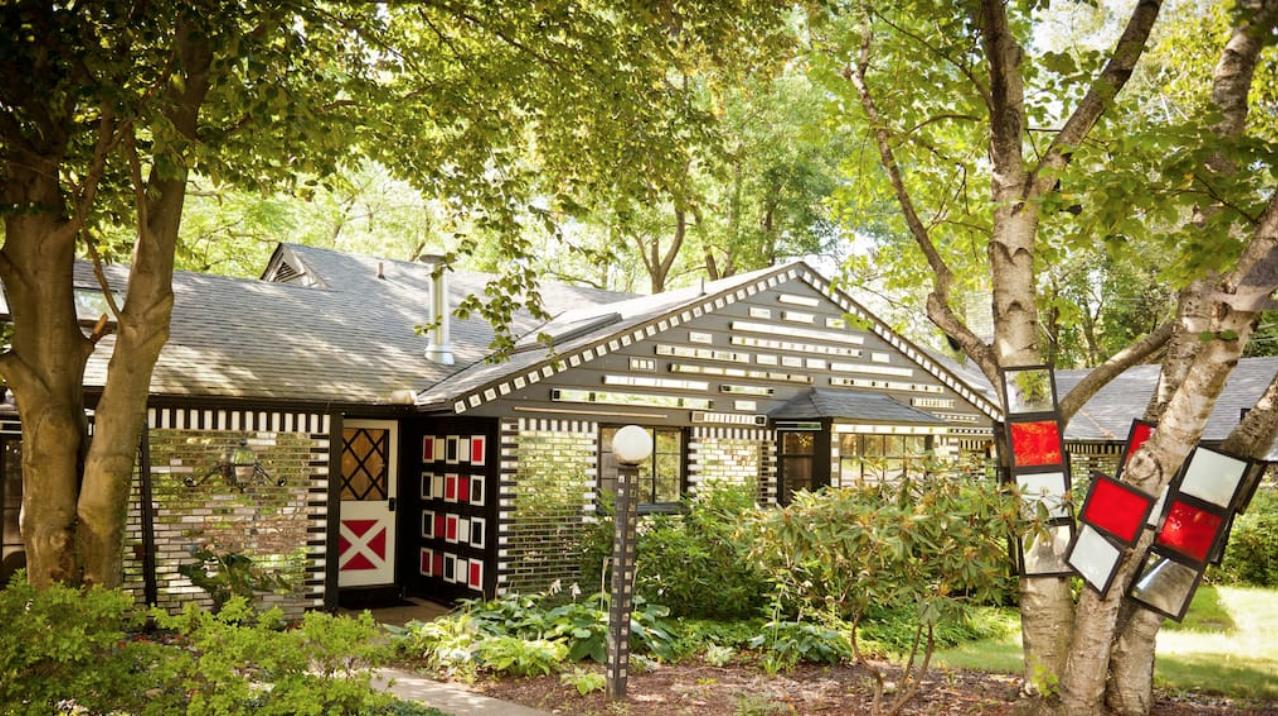 Façade de la maison miroir sur Airbnb