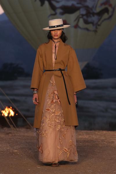 Les premiers looks du défilé prêt-  à-  porter Christian Dior Croisière 2018 - 15