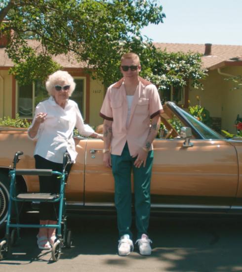 Macklemore fête le 100ème anniversaire de sa grand-mère dans le clip de «Glorious»