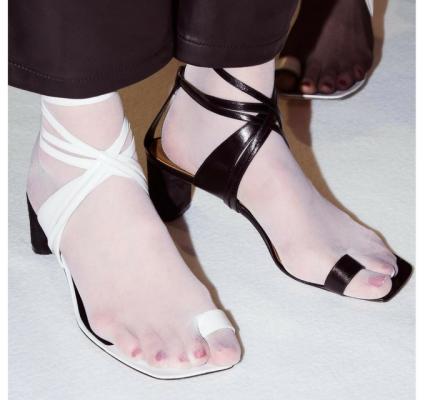 La tendance mode insolite: les chaussures dépareillées 150*150