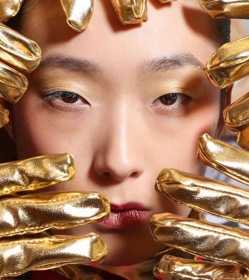 Make-up métal: les plus beaux produits et nos tips pour briller sans foirer