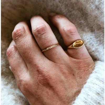 Femme bague au doigt