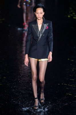 Paris Fashion Week: on a marché sur l'eau avec Yves Saint Laurent (en images) 150*150
