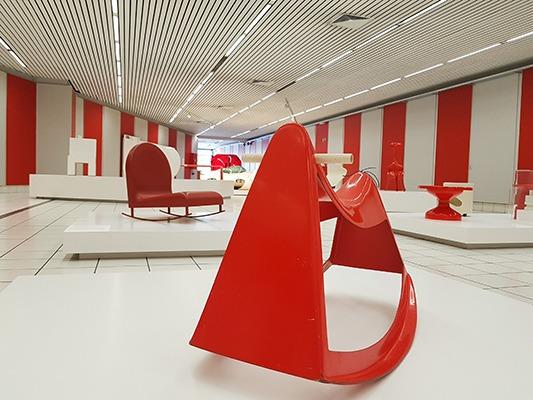 expo en rouge et blanc au kanal centre pompidou