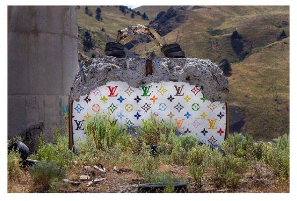 The Valley of Secret Values : quand un artiste remplit une vallée aux USA de it-bags grandeur nature 150*150
