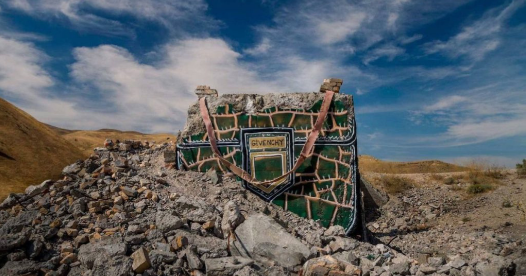 The Valley of Secret Values : quand un artiste remplit une vallée aux USA de it-bags grandeur nature