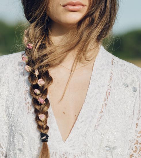 Stylée à la plage : 15 coiffures créatives à faire avec des tresses