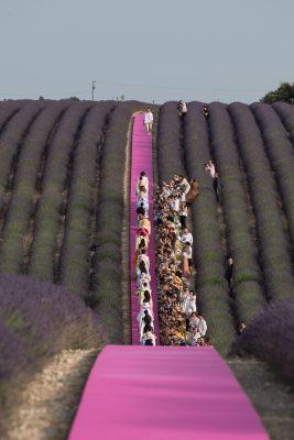 Retour sur le défilé anniversaire Jacquemus, au milieu des champs de lavande