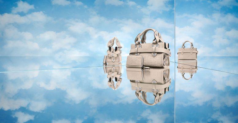 """Longchamp vient de sortir une nouvelle gamme de sacs et nous donne plus que jamais des envies de voyages et de périples lointains.""""La Voyageuse"""" risque bien de devenir le sac star pour arpenter les halls d'aéroports avec style cet été. Lire aussi : Crush of the day : The Champion, le nouveau sac en édition limitée de Delvaux Voyager, d'abord un état d'esprit Pour sa dernière collection, Longchamp s'est inspiré de la voyageuse élégante sur laquelle tous les regard sont braqués dans les couloirs de l'aéroport. Celle qui feuillette nonchalamment son magazine, un foulard en soi autour du cou et surtout un sac ultra branché à la main. Longchamp nous rappelle ainsi que voyager ne signifie pas seulement changer de continent, c'est un véritable style de vie. Presse À chaque séjour son modèle Vol long-courrier ou trajet plus court pour une journée en ville ? La Voyageuse choisit son sac en fonction de ses déplacements. Longchamp propose un grand cabas en cuir de veauorné du monogramme LGP de Longchamp pour emporter tous ses indispensables de voyages. La célèbre marque de luxe le décline aussi en petit sac shopping, fidèle en tout point au grand. Lire aussi : Weekender bag : 17 sacs de voyage parfaits pour votre prochaine escapade Finalement, puisque la Voyageuse est polyvalente, elle opte également pour deux autres modèles. Le premier est un petit sac porté travers doté d'une bandoulière amovible pouvant aussi faire office de pochette. Le second, un cabas vertical minimaliste inspiré des sacs à journaux vintage."""