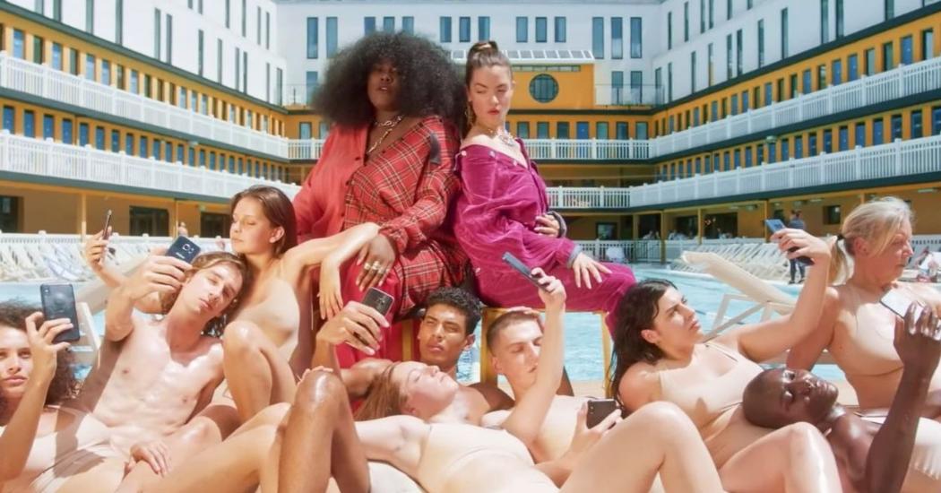 """Sexitude et féminité dans le nouveau clip """"Nudes"""" de Claire Laffut et Yseult"""