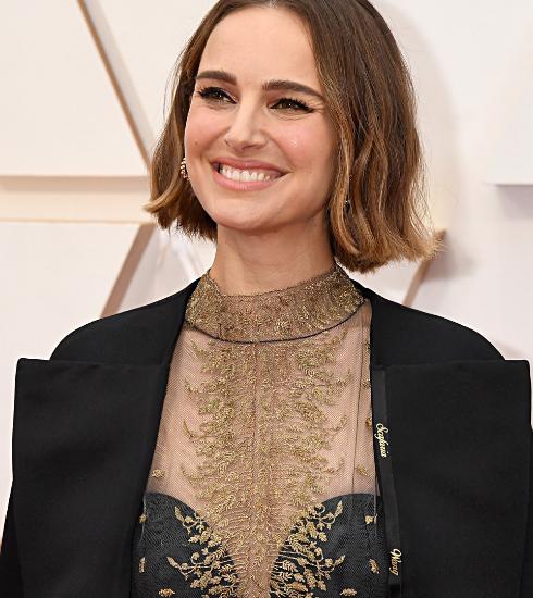 Oscars 2020 : Natalie Portman a fait broder sa cape avec les noms de réalisatrices oubliées des nominations