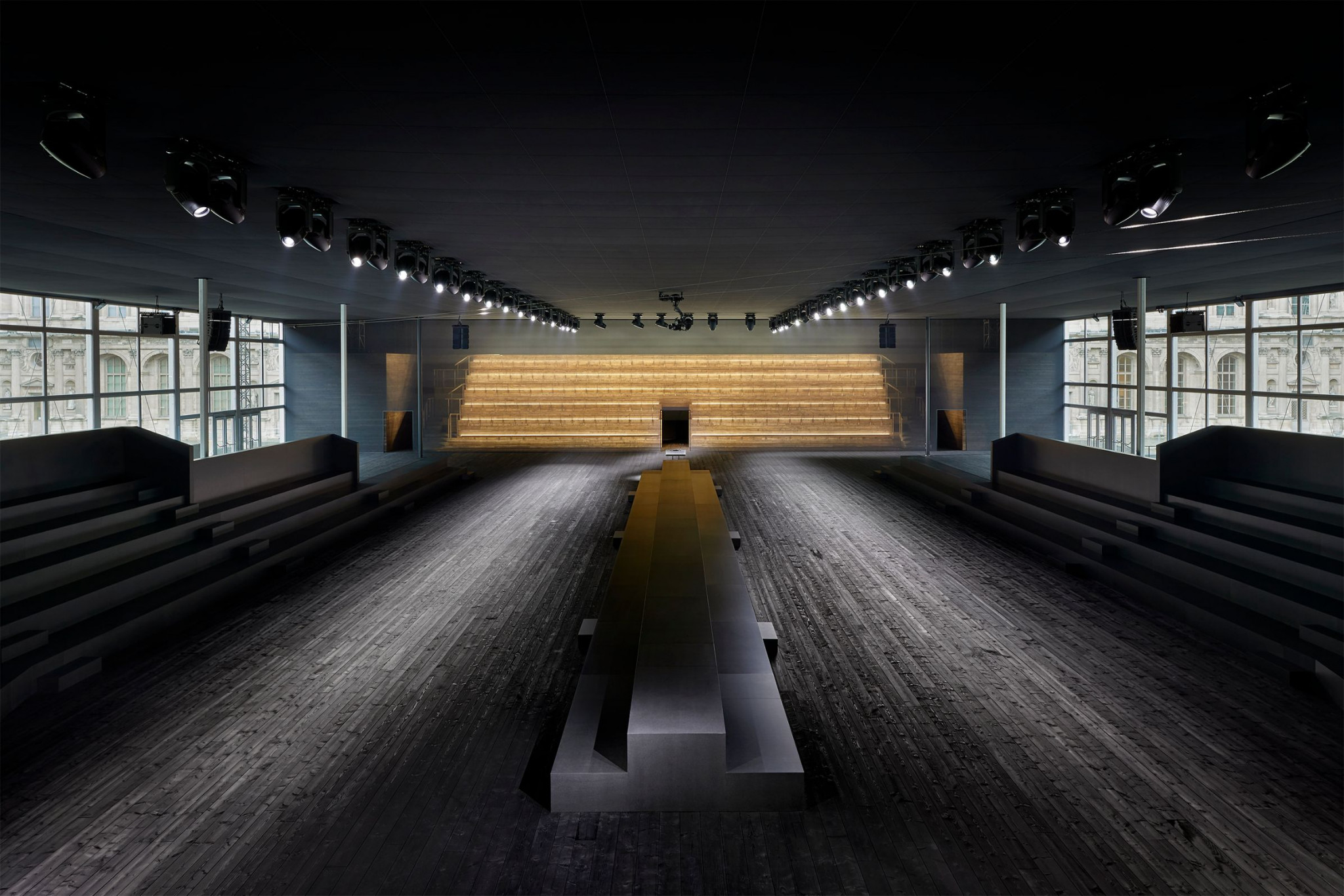 Paris Fashion Week : retour sur la collection automne/hiver Louis Vuitton, le clash des époques - 1