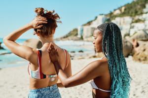 filles crème solaire plage