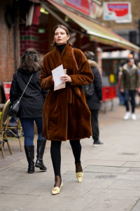 femme manteau fourrure marron