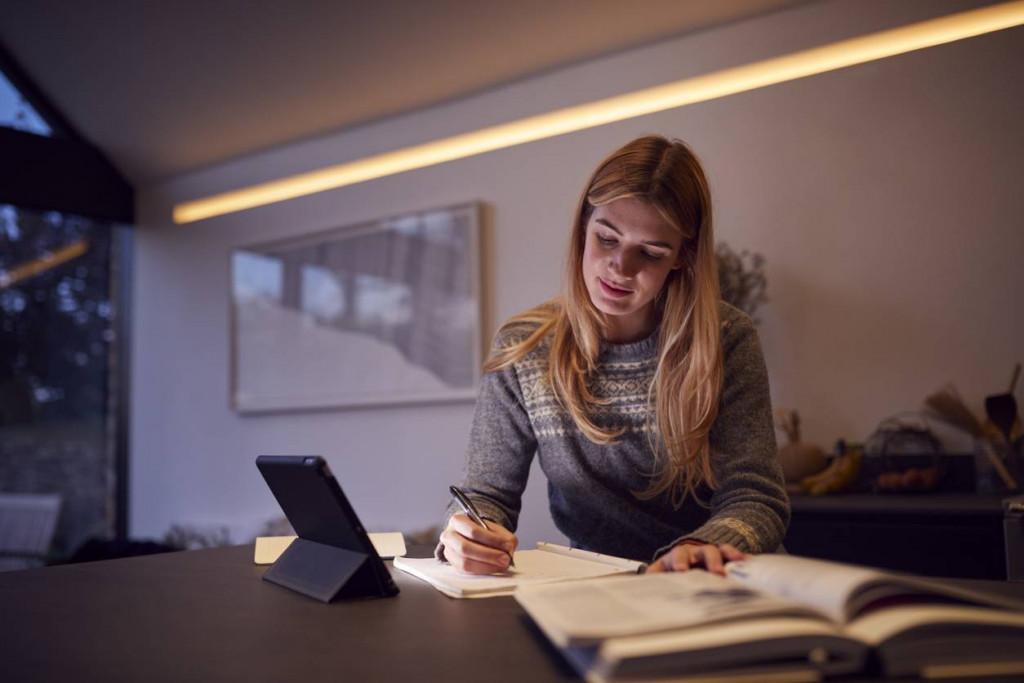 femme à son bureau qui travaille