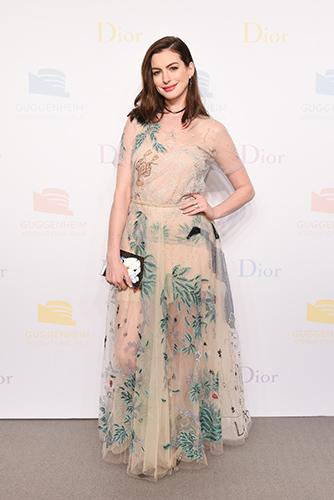 Actrice Anne Hathaway bij het 2016 Guggenheim International Gala Dinner.