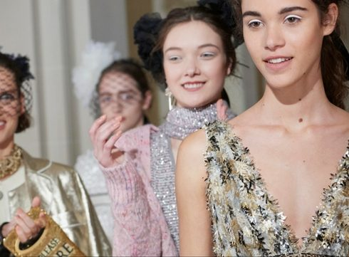 Sterren op en naast de catwalk bij de Chanel Métiers d'Art-show