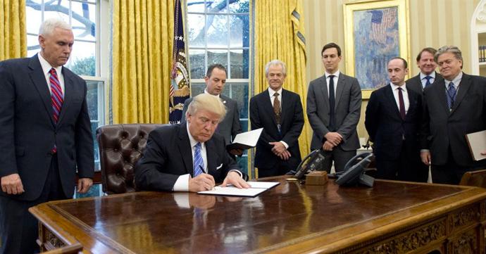Collectif 52 parodieerde de foto van Trump die, uitsluitend omringd door mannen, de Global Gag Rule herinvoert.