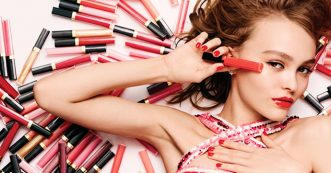 Lily-Rose Depp voor Chanel's nieuwe Rouge Coco Gloss