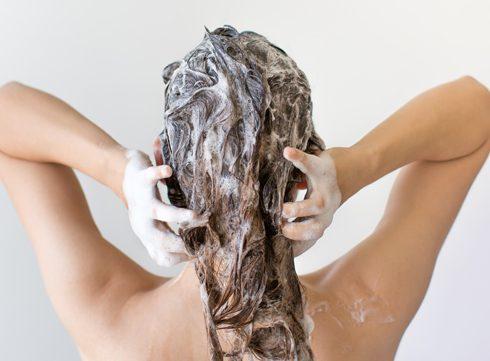 Haartip: Doe eens een schepje suiker bij je shampoo