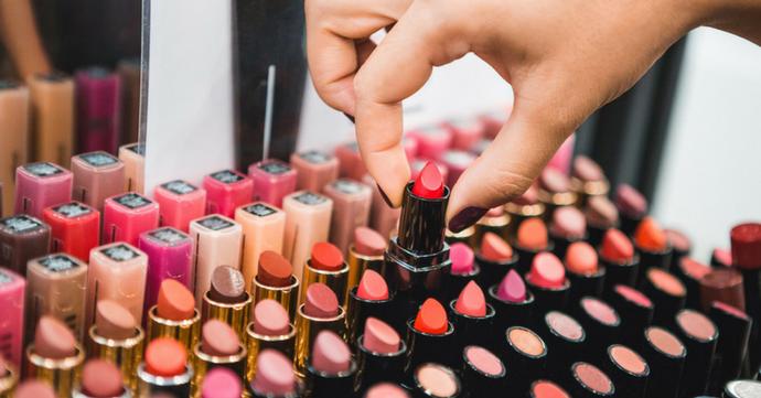 5 geniale tips om je lippenstift langer mooi te houden