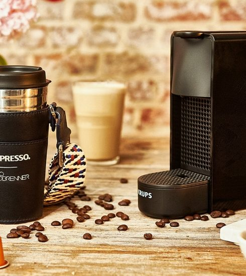 Drink de meest stylish koffie ever met de Nespresso x Clio Goldbrenner travel mug-houder