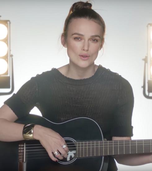 Keira Knightley haalt haar gitaar boven voor Chanel