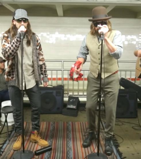 Wanneer Maroon 5 en Jimmy Fallon incognito de metro induiken…