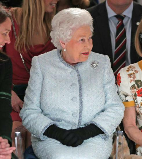 GESPOT: Koningin Elisabeth II op de eerste rij van London Fashion Week