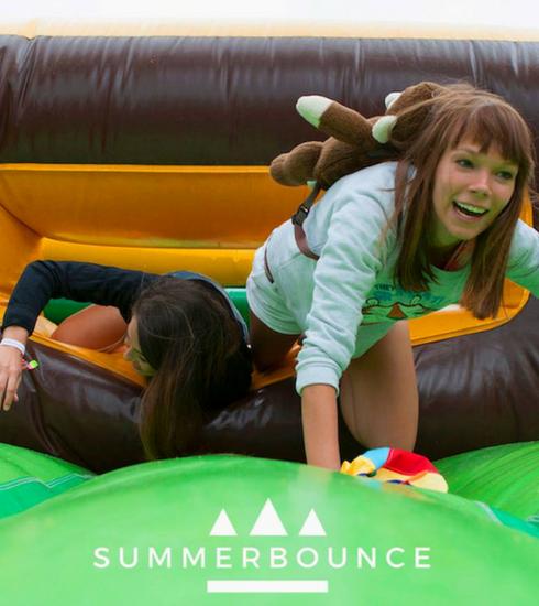 Summerbounce: het grootste springkastelenfestival voor volwassenen