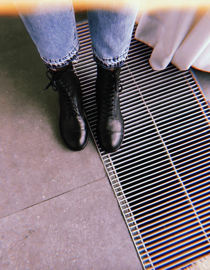Emma Gelaude draagt combat boots