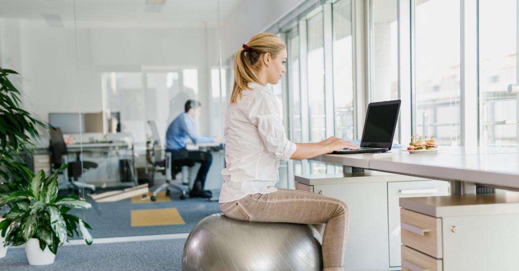 5 praktische tips om in beweging te blijven bij een zittende job