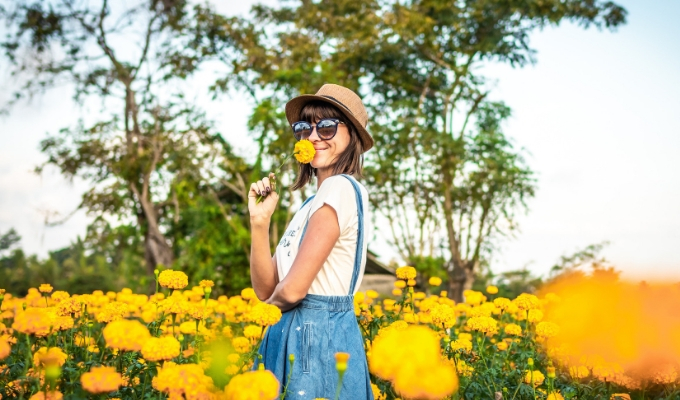 vrouw-in-bloemenveld-marieclaire
