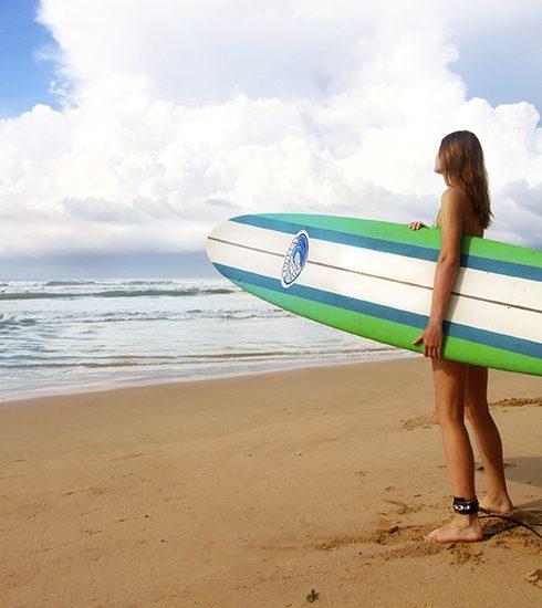 Op surfen staat geen leeftijd: 5 redenen waarom deze watersport goed voor je is