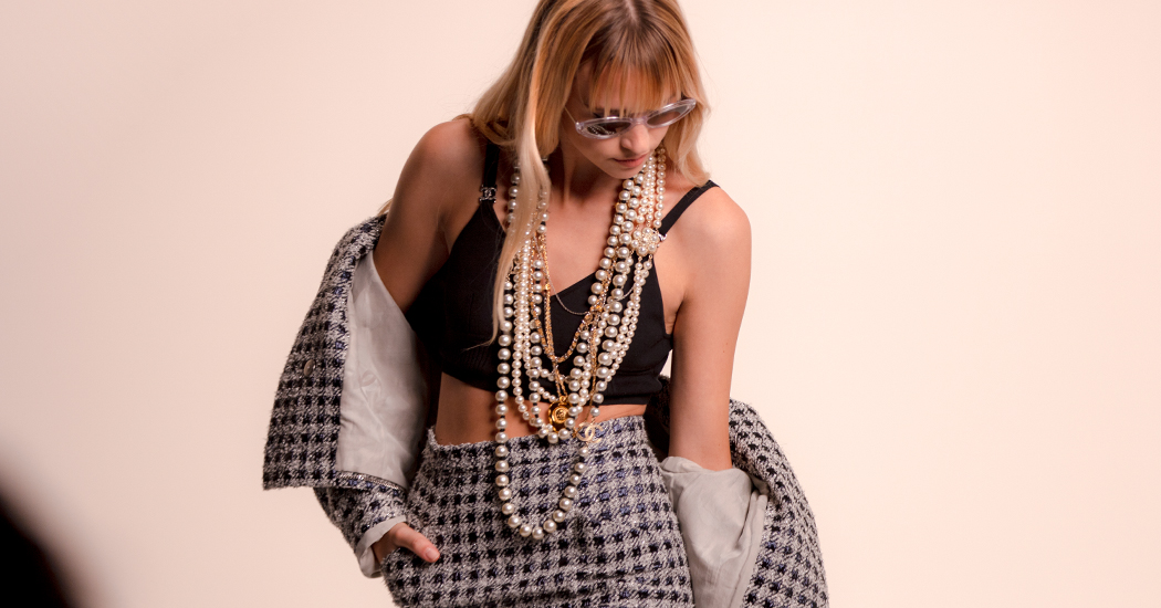Angèle schittert – naast Pharrell Williams – in eyewear campagne Chanel