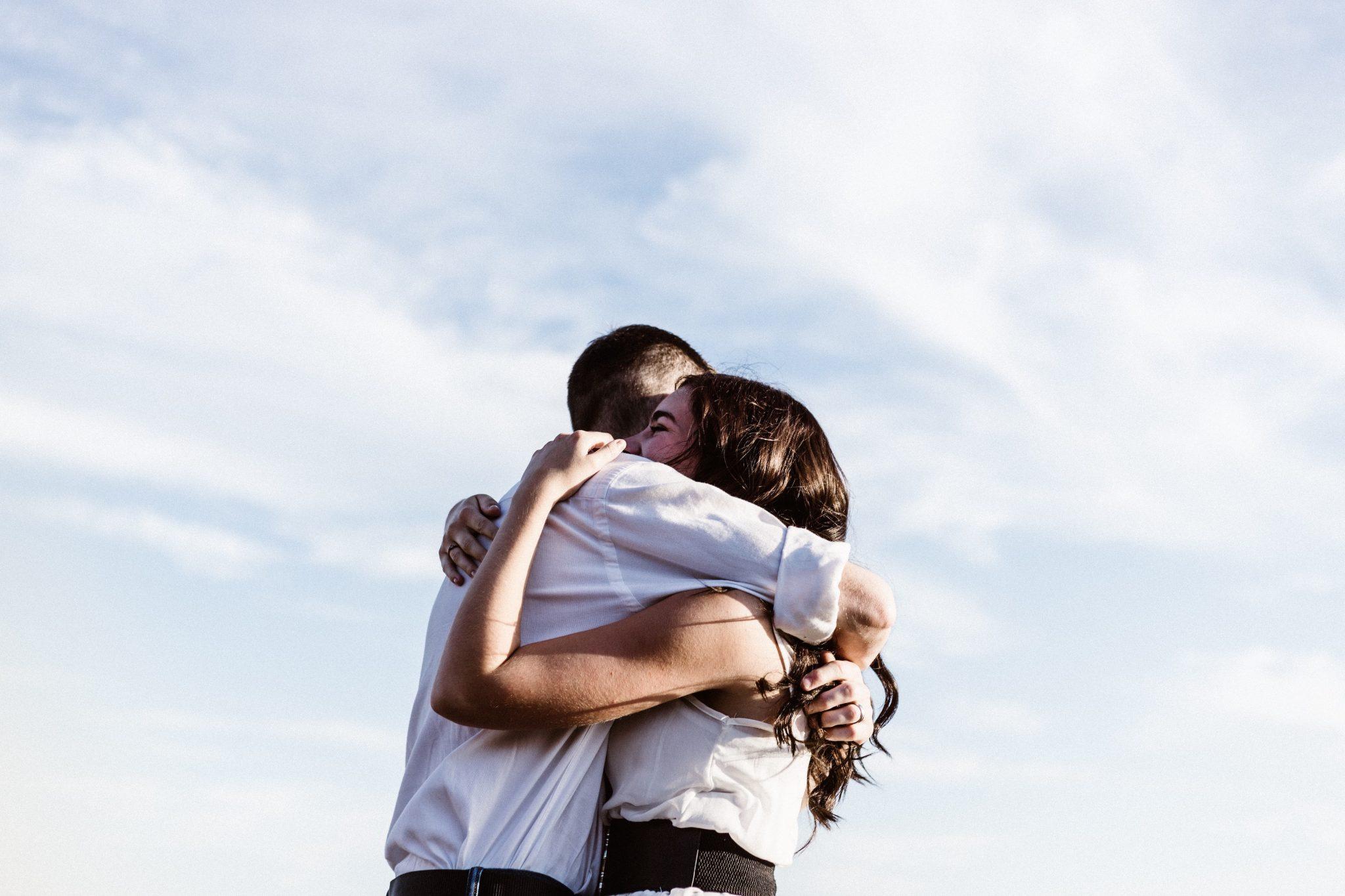 Vrienden knuffelen