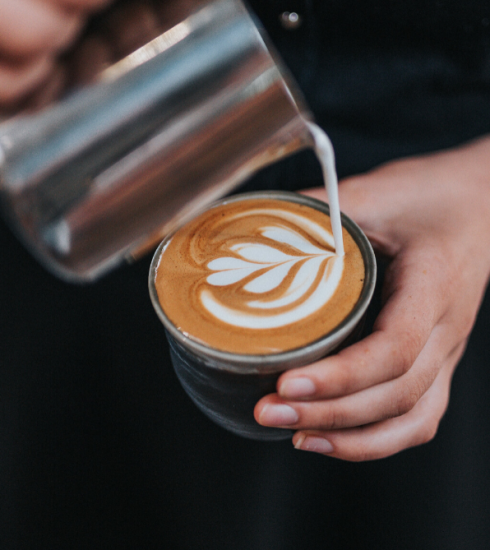 Met deze stappen helpen jij en Alpro jouw favoriete koffiebar uit de nood