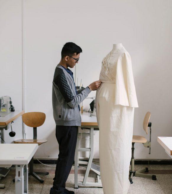 Hoe zien docenten aan modescholen en pas afgestudeerden de toekomst van de mode?