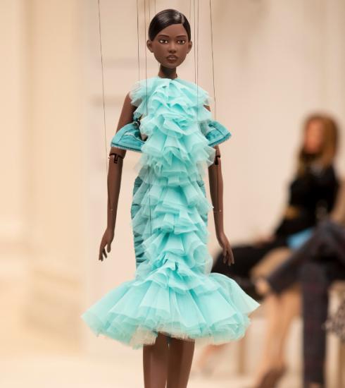 Moschino toont nieuwe collectie op poppen