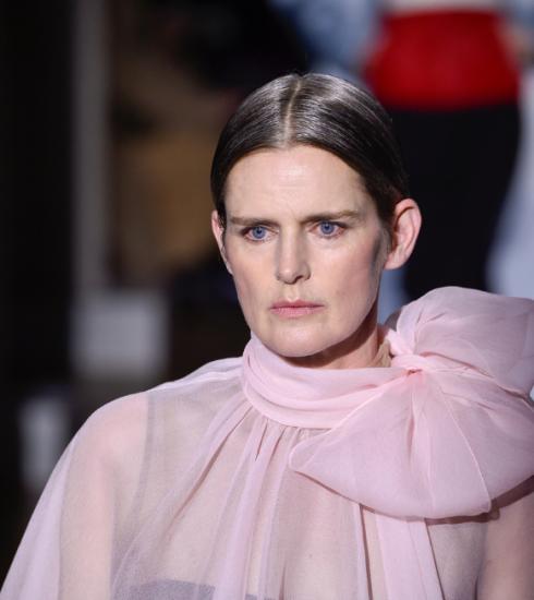 Model Stella Tennant (50) plotseling overleden, haar meest iconische catwalkmomenten