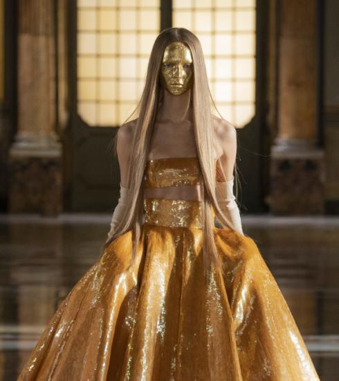 Valentino dompelt je onder in glitter en goud met SS21 couture-collectie