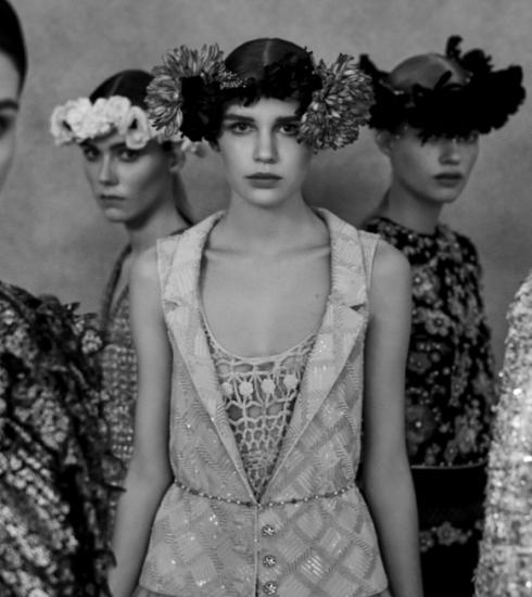 De Chanel SS21 haute-couturecollectie doet dromen van grote trouwfeesten