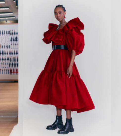 Deze 7 nieuwe jurken van Alexander McQueen pre-fall 2021 schreeuwen knaldrang