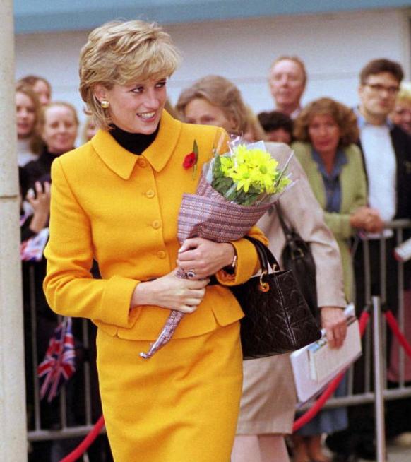 Ontdek de geschiedenis van de iconische 'Lady Dior'-handtas