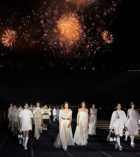 Dior cruisecollectie 2022: sterke, mythologische vrouwen op sneakers