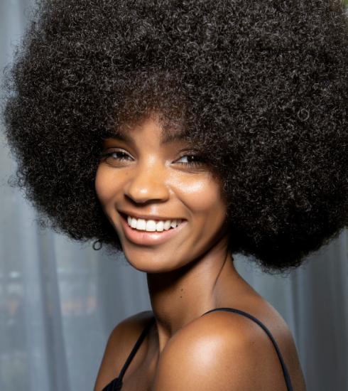 De beautysector omarmt eindelijk natuurlijke krullen in al hun glorie