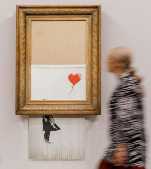 Banksy-schilderij dat zichzelf vernietigt gaat voor 21,9 miljoen euro onder de hamer